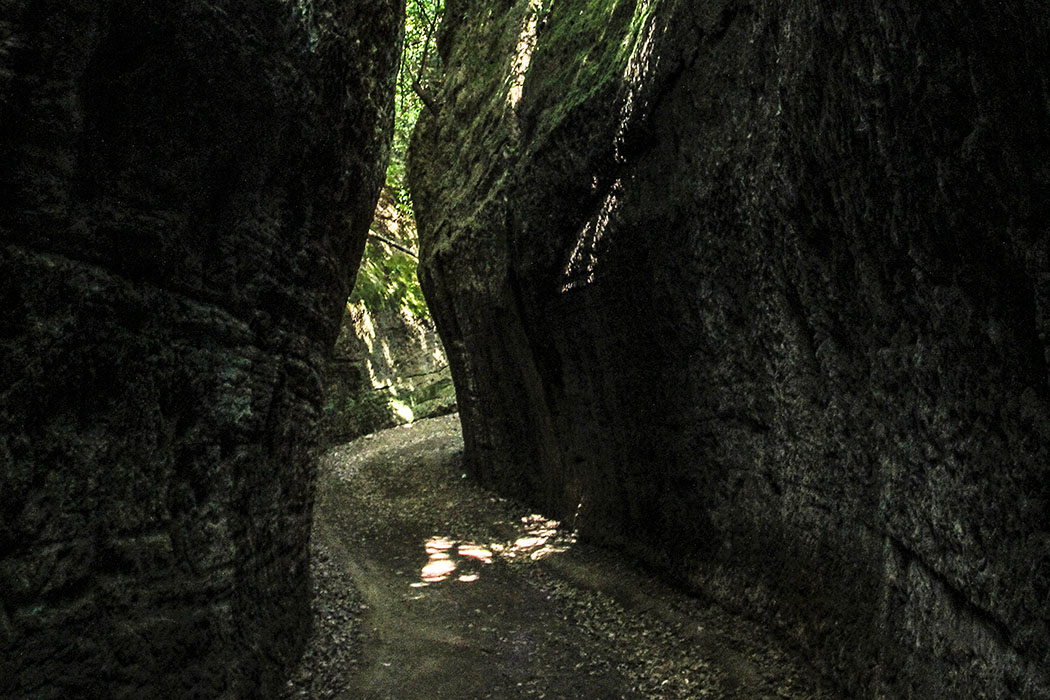 """reise-zikaden.de, Monika Hoffmann, italy, tuscany, alta maremma, sovana, vie cave. - Rätselhaft und magisch: Die """"Vie cave"""" ist ein Wegesystem das einst von den Etruskern angelegte wurde. Tiefe, nur wenige Meter enge Schluchten, von Menschenhand erbaut. Die Kratzspuren der Werkzeuge sind noch heute im Tuffstein zu sehen."""
