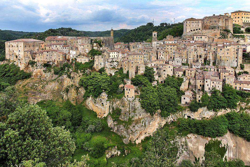 """toskana, sorano, provinz grosetto, italien Das Felsplateau von Sorano in der südlichen Toskana ist seit der Bronzezeit besiedelt. Der etruskische Namen der Stadt ist nicht überliefert. Der Ortsname leitet sich vermutlich vom etruskischen Gott """"Pater Soranus"""" ab."""