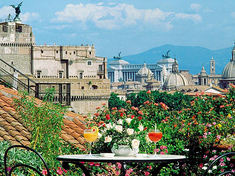 """Panoramablick von der Dachterrasse des """"La Terraza Paradiso"""" zur Engelsburg, dem Nationaldenkmal """"Vittoriano und den unzähligen Kuppeln Roms."""