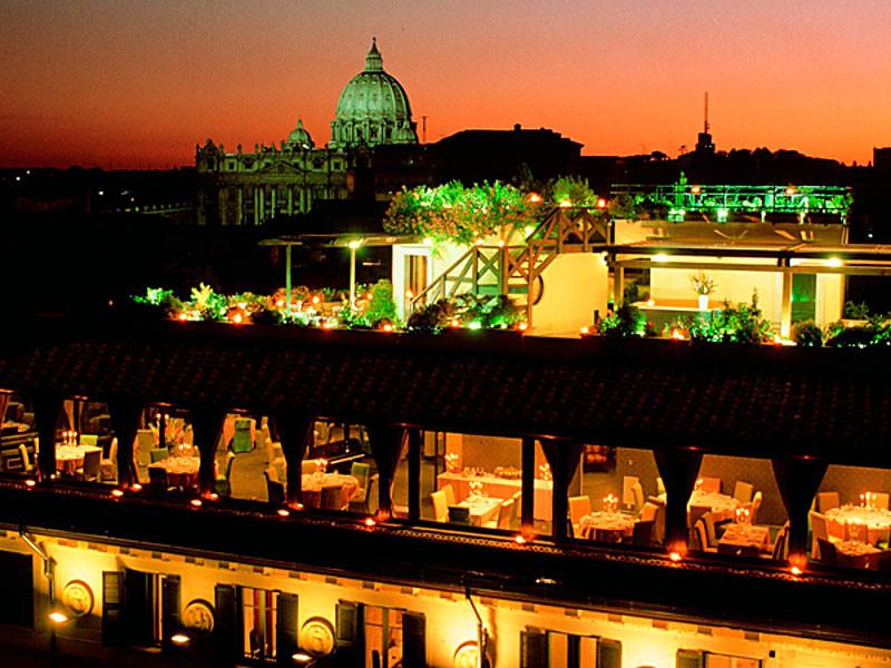 """Die Cocktail Bar """"La Terraza Paradiso"""" im Hotel Atlante Star, liegt im siebten Stock. Direkt darunter das Restaurant """"Roof Garden Les Etoiles""""."""