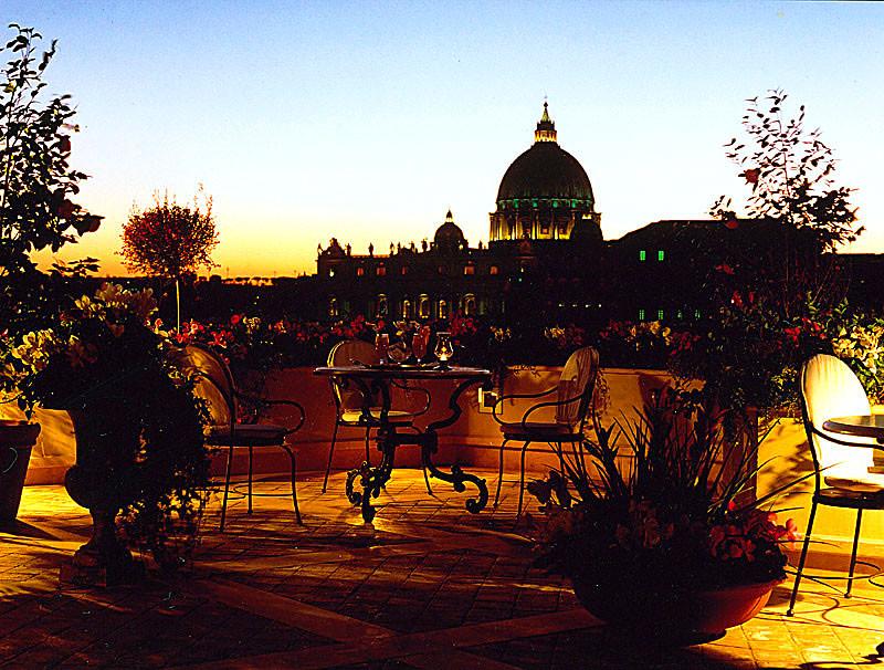 """Die luxuriöse Cocktailbar """"La Terraza Paradiso"""" im siebten Stock des Hotels Atlante Star, gleich um die Ecke der Engelsburg."""