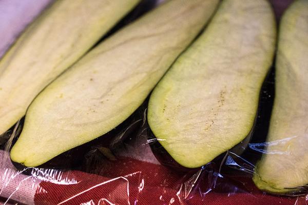Gemüse salzen und mit Frischhaltefolie abgedeckt, 30 Minuten ruhen lassen.