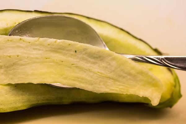 Auberginen mit einem spitzen Messer einschneiden, dann mit einem Löffel aushöhlen.