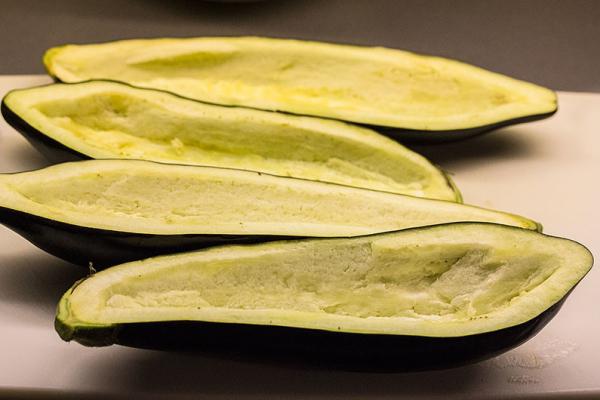 So sehen die ausgehölten Auberginen dann aus.
