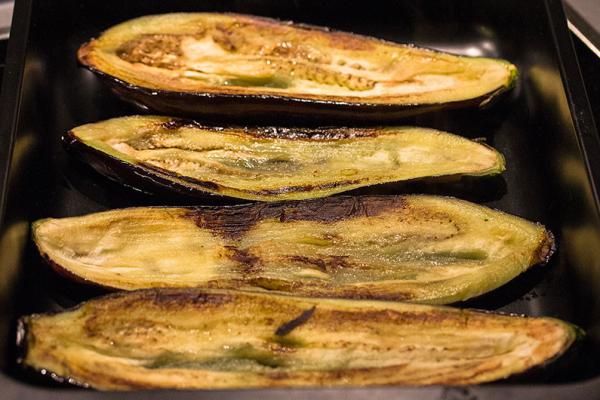 Das Gemüse im heißen Olivenöl anbraten und in die Bratform legen.