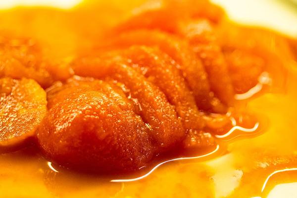 Die Tomaten aus der Dose ergeben eine wunderbare Soße. Tomaten leicht ausdrücken, Saft auffangen.