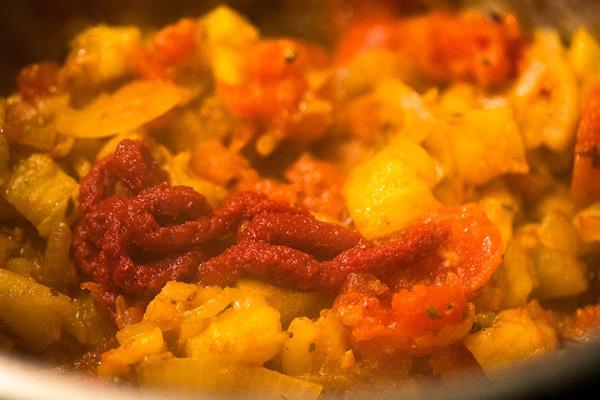 Zwiebeln anbraten, dann Tomatenwürfel und Knoblauch dazu.