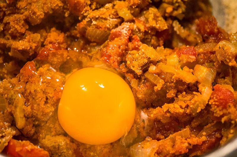 Ein Ei unterrühren. Fertig ist die Füllung!