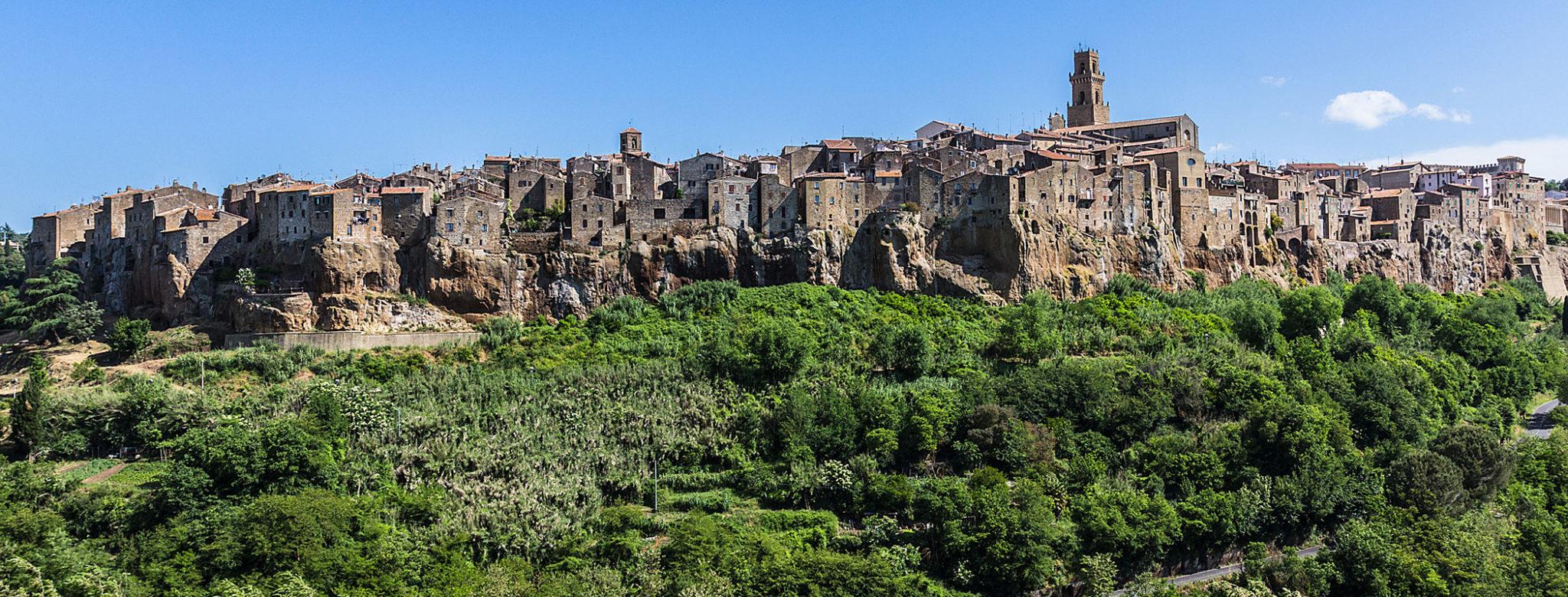 etrusker - Pitigliano liegt spektakulär auf einem dreihundert Meter hohen Tuffsteinfelsen. Pitigliano liegt spektakulär auf einem dreihundert Meter hohen Tuffsteinfelsen. Das Städtchen ist bis heute die größte Ortschaft etruskischen Ursprungs im Gebiet des Fioratals.