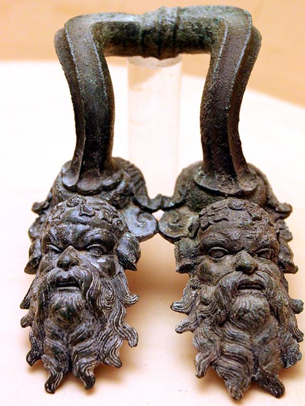 Griff mit Satyrköpfen von einem Bronzekessel, aus Volterra.