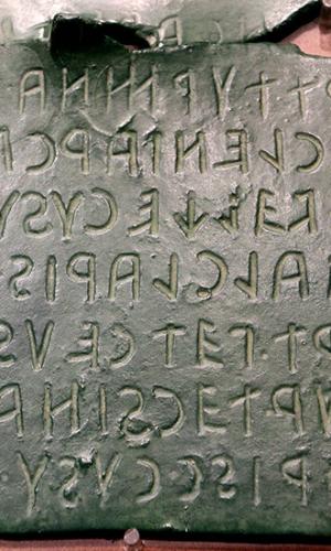 Bronzetafel mit etruskischer Inschrift, aus Florenz.