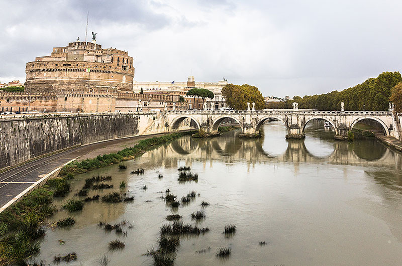 Die Engelsbrücke galt in der Antike als schönste Brücke der Welt. Kaiser Hadrian ließ sie gemeinsam mit seinem Mausoleum errichten, zusätzlich wollte er mit der Brück das Marsfeld direkt mit seinem Grabmal verbinden lassen.