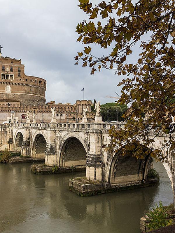 Die Engelsbrücke (lateinisch Pons Aelius, italienisch Ponte Sant'Angelo) wurde im Jahr 134 n. Chr. fertiggestellt.