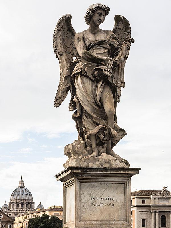 Die zehn Engelsstatuen der Brücke wurden im Jahre 1668 von Gian Lorenzo Bernini im Auftrag von Papst Clemens IX entworfen und durch Bernini und seine Schüler angefertiigt.
