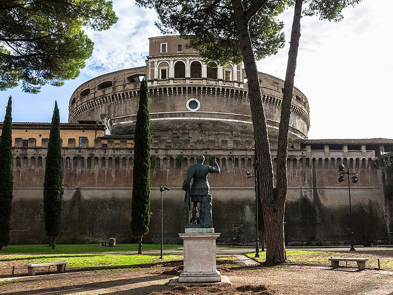 Im Parco Sant'Angelo steht eine Bronzestatue Kaiser Hadrians - mit Blick auf sein Mausoleum.