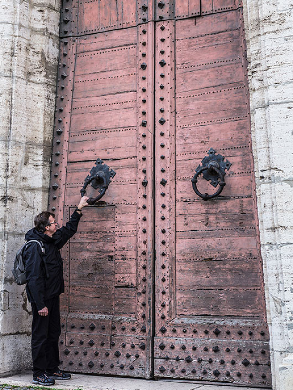Mächtige Türklopfer an mächtigen Türen.