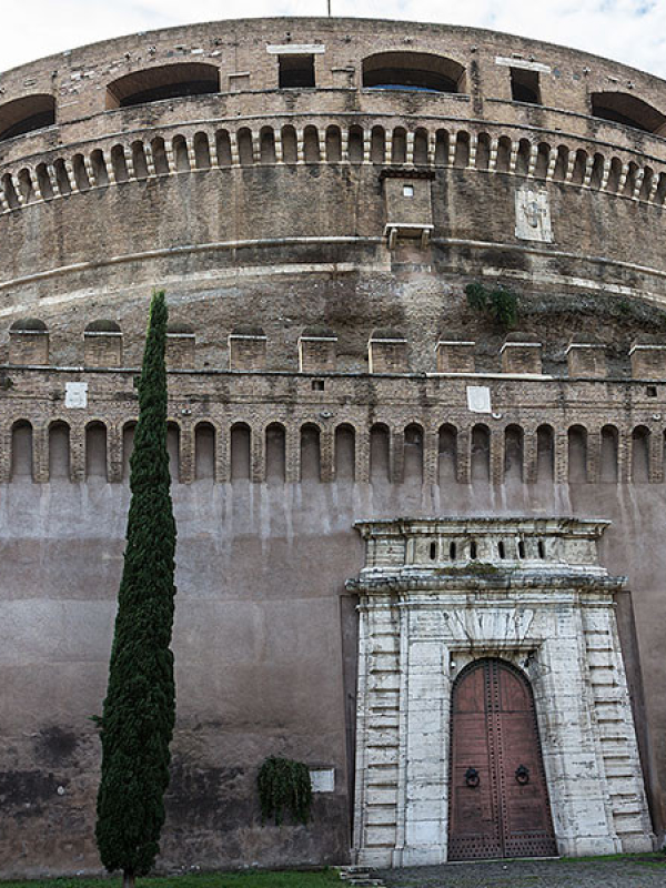 Das zur Festung ausgebaute Mausoleum hat vier Zugänge. Der Eingang im Osten der Anlage im vom Parco Sant'Angelo zugänglich.