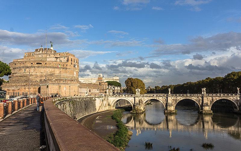 Städtereise Rom: Vom Marsfeld bis zur Engelsburg Highlights in Rom: Pantheon, Piazza Navona, Engelsburg Monumental: Der Pons Aelius und das Hadrians-Mausoleum sind ein architektonisches Gesamtkonzept.