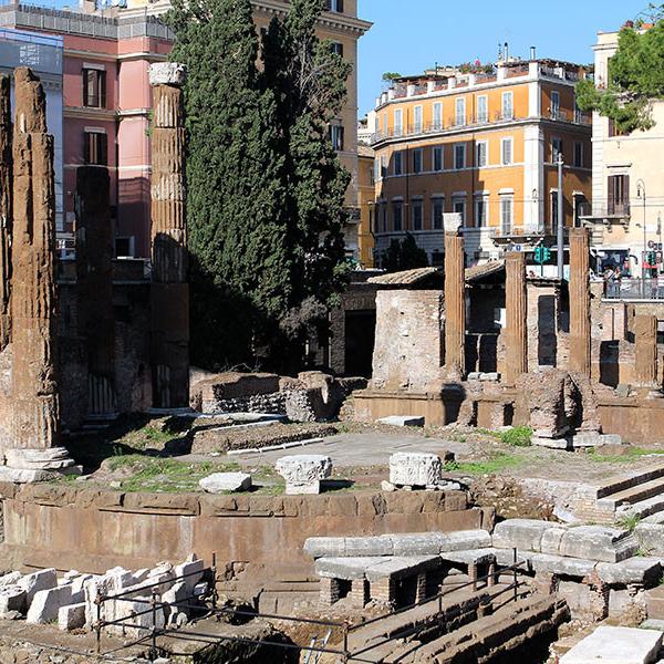 Der jüngste Tempel ist ein Rundbau mit noch sechs erhaltenen Säulen. Davor stand eine Vorhalle. Sie stellt das erste Beispiel für die Verbindung einer rechteckigen Vorhalle mit einem Rundbau dar, wie sie später auch beim Pantheon angewendet wurde. Der Tempel wurde der Fortuna im Jahr 101 v. Chr. geweiht. Links hinter dem Tempel beginnen die Fundamente des Theater des Pompeius, hier wurde Caesar ermordet.