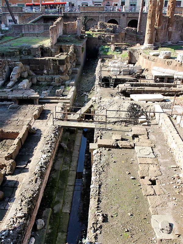 Gut erkennbar das Abwassersystem im Tempelareal.