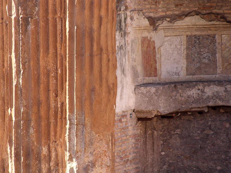 Der Nymphentempel stammt aus dem 3. Jhd. v. Chr. und ist der zweitälteste des Forums. Dahinter Mauern und Freskenreste der mittelalterlichen Kirche San Nicola dei Ceasrini.