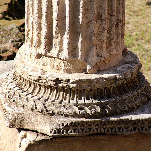 Fein gearbeitete Säulenbasis.