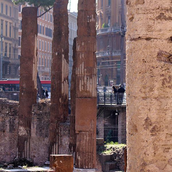 Römische Säulen an der Area Sacra und moderne Großstadt. Die Magie der Gegensätze.