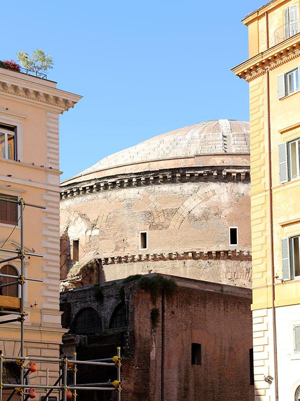 Von der Piazza Santa Maria Sopra Minerva sehen wir das Pantheon bereits.