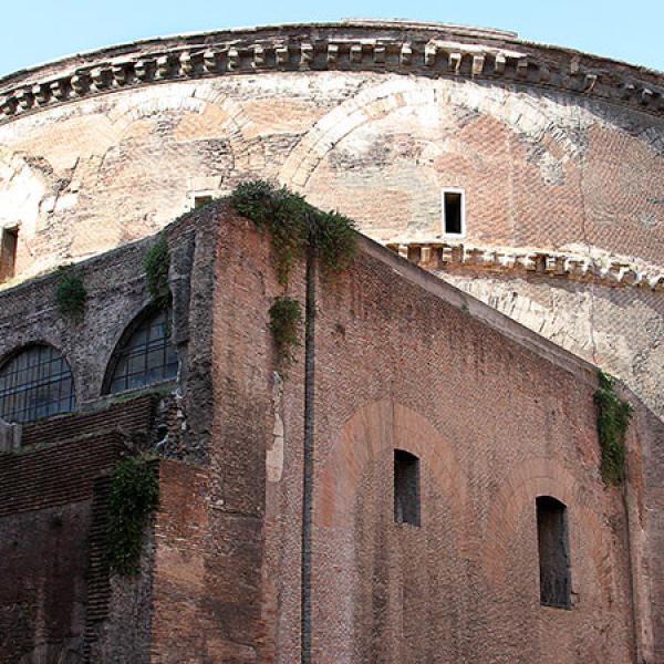 Der antike Tempel ist 46 Meter hoch.