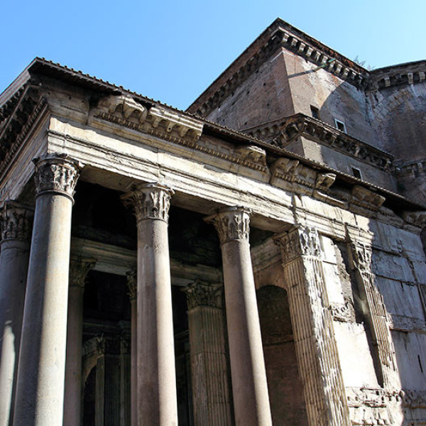 Unkannelierte korinthische Säulen aus grauem ägyptischen Granit vom Mons Claudianus gliedern den Vorbau.
