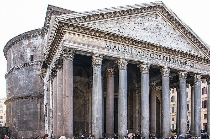 Der dem Rundbau vorgelagerte Pronaos erweckt den Eindruck eines typisch römischen Podiumstempels. Er besitzt einen rechteckigen Grundriss und ist nur von der nördlichen Seite aus zugänglich.