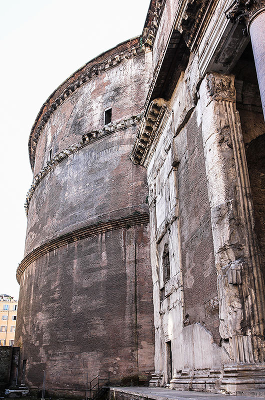 Die Außenfassade der Rotunde ist einfach gestaltet und wird lediglich durch drei Gesimse gegliedert. Deutlich zu erkennen sind auch die Entlastungsbögen aus Ziegeln, die den enormen Schub der Kuppel abfangen. Es finden sich keine Spuren, dass die Fassade in der Antike verkleidet gewesen wäre.