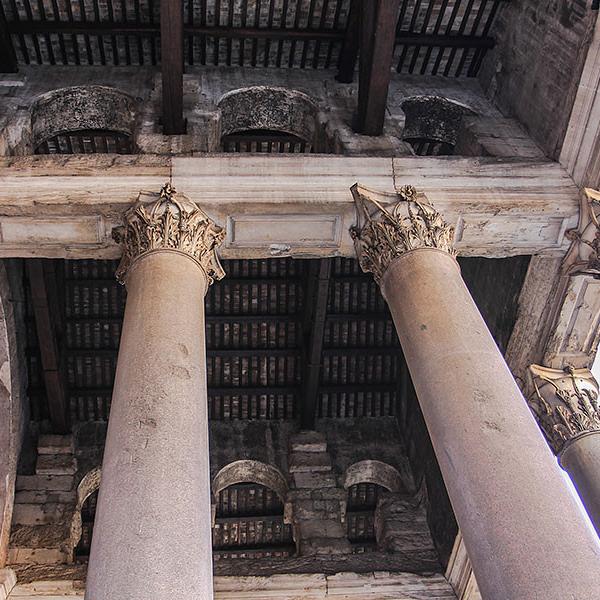 Das Innere des Pronaos wird durch vier Reihen aus je zwei unkannelierten korinthischen Säulen in drei Schiffe aufgeteilt und erinnert an einen etruskisch-römischen Tempel.