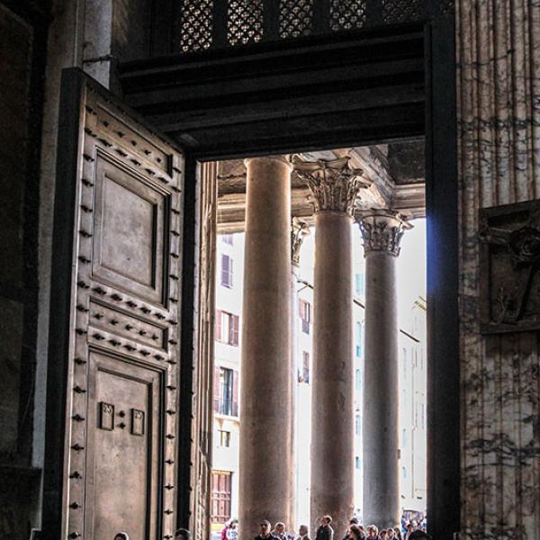 Das Portal des Pantheon mit den antiken Bronzetüren.