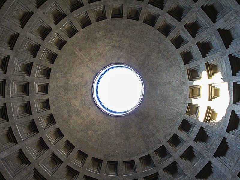 Die Kuppel des Innenraums hat mit 43 Meter Durchmesser, in der römischen Tempelarchitektur kein Vorbild.