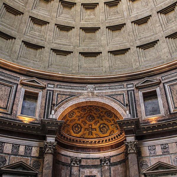 In der unteren Zone des Innenraums wird die Wand durch sieben Nischen gegliedert.