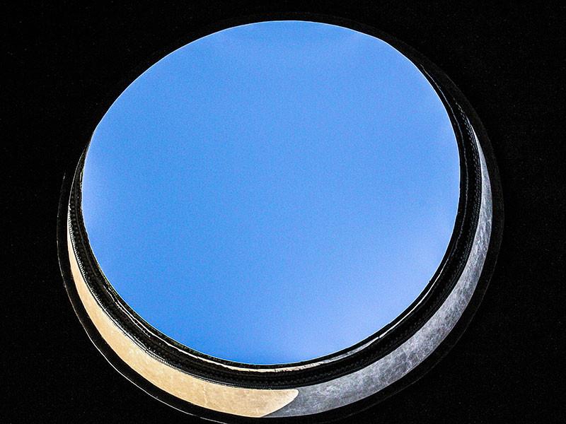 Am Scheitelpunkt der Kuppel befindet sich eine kreisrunde Öffnung, das Opaion, von neun Metern Durchmesser, das neben dem Eingangsportal die einzige Lichtquelle darstellt. Um das eindringende Regenwasser abzuleiten, ist der Boden leicht zum Zentrum hin geneigt und mit kleinen Abflüssen versehen.