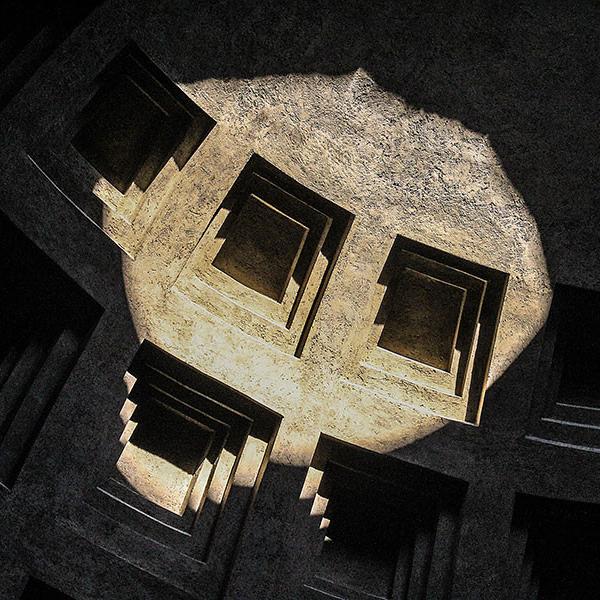 Der römische Beton der Kuppel wurde aus leichtem, vulkanischen Tuff- und Bimsstein vermischt. Zur weiteren Gewichtsersparnis wird die Kuppel mit Kassetten gegliedert, die nach oben hin immer kleiner werden.