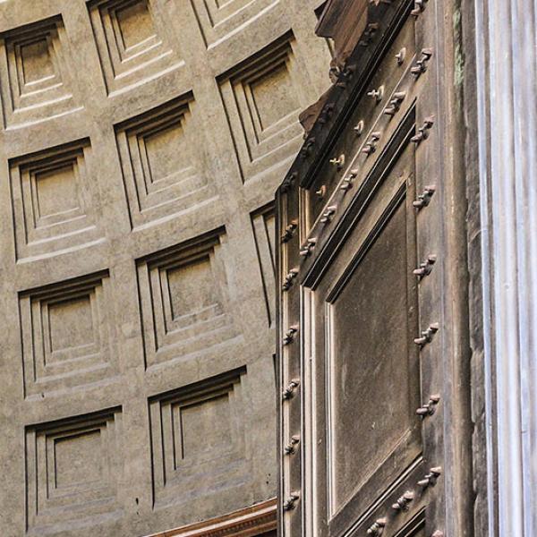 Wir betreten das Pantheon durch eine sechs Meter hohe Bronzetür, es handelt sich um die wiederverwendete Tür aus dem Bau des Agrippa.
