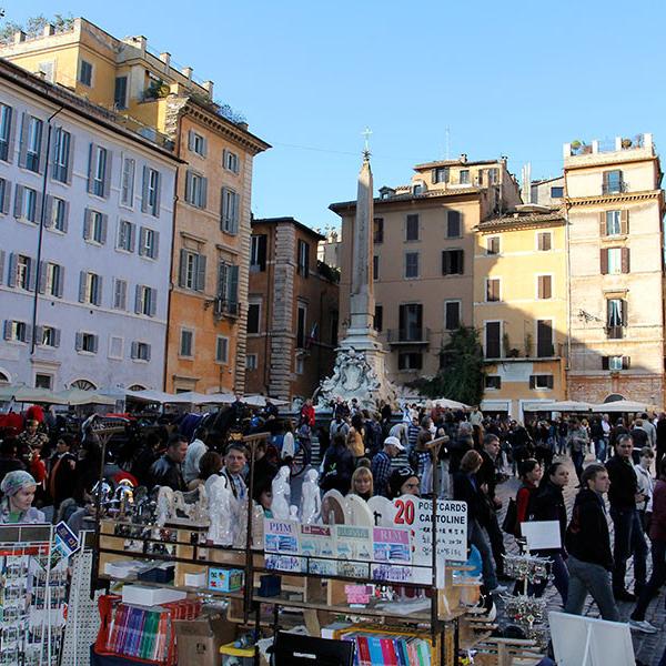 Besonders hübsch und natürlich immer belebt ist die kleine Piazza vor dem Pantheon.