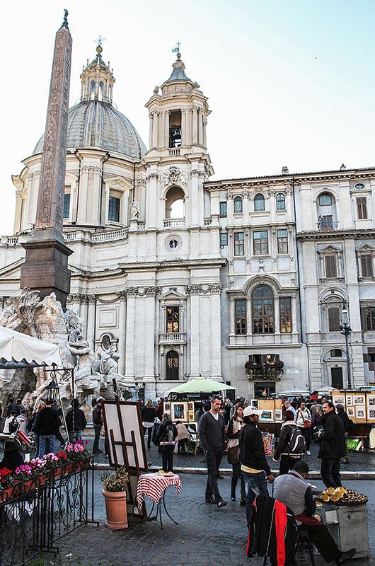 In der Mitte der westlichen Platzseite erhebt sich die barocke Kirche Sant' Agnese in Agone.