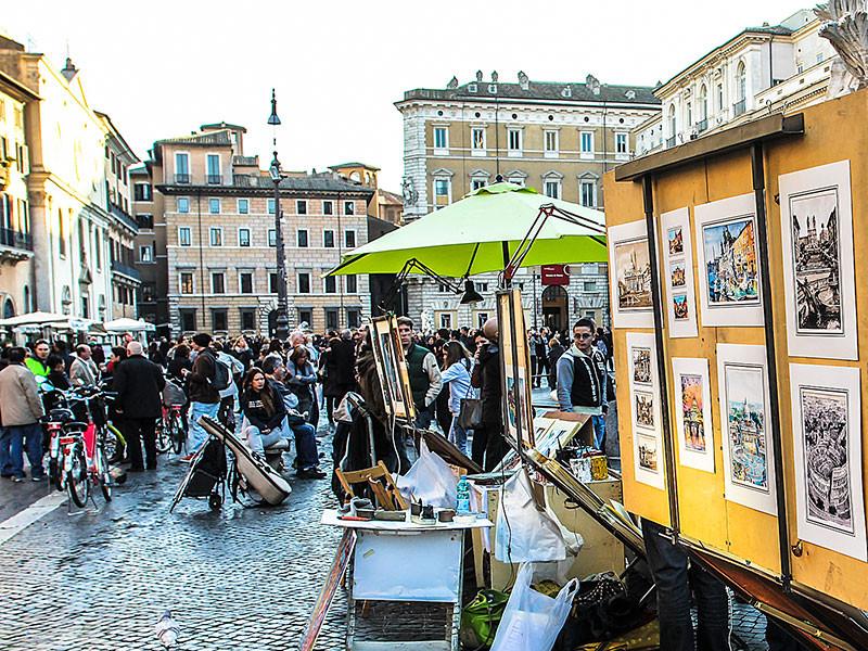 Es gibt jede Menge Straßenkünstler, Portraitmaler, Souvenirverkäufer, Cafes und Restaurants.