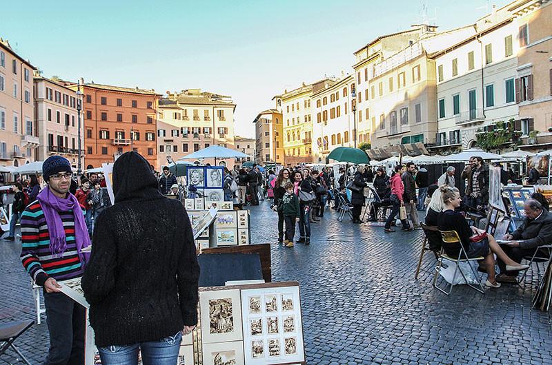 Das große Oval der Piazza Navona wurde bereits in der Antike angelegt. Die langgestreckte Form des Platzes mit den beachtlichen Maßen von 240 x 65 Metern, folgt dem Stadion aus dem 1. Jahrhundert.
