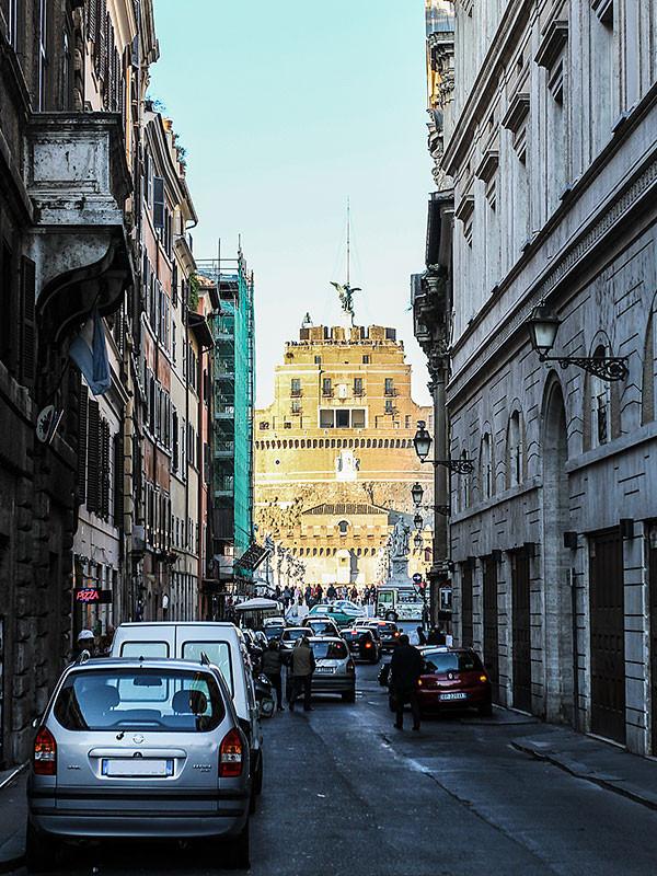 Die letzten Meter auf der Via del Banco di Santo Spirito - die Engelsburg ist bereits in Sicht.