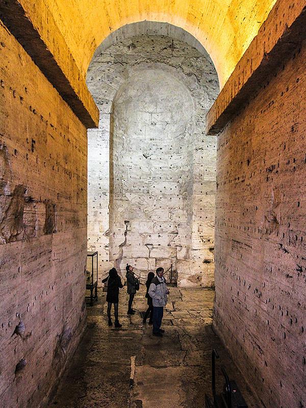 Der Eingang in das Mausoleum erinnert an ägyptische Pharaonengräber.