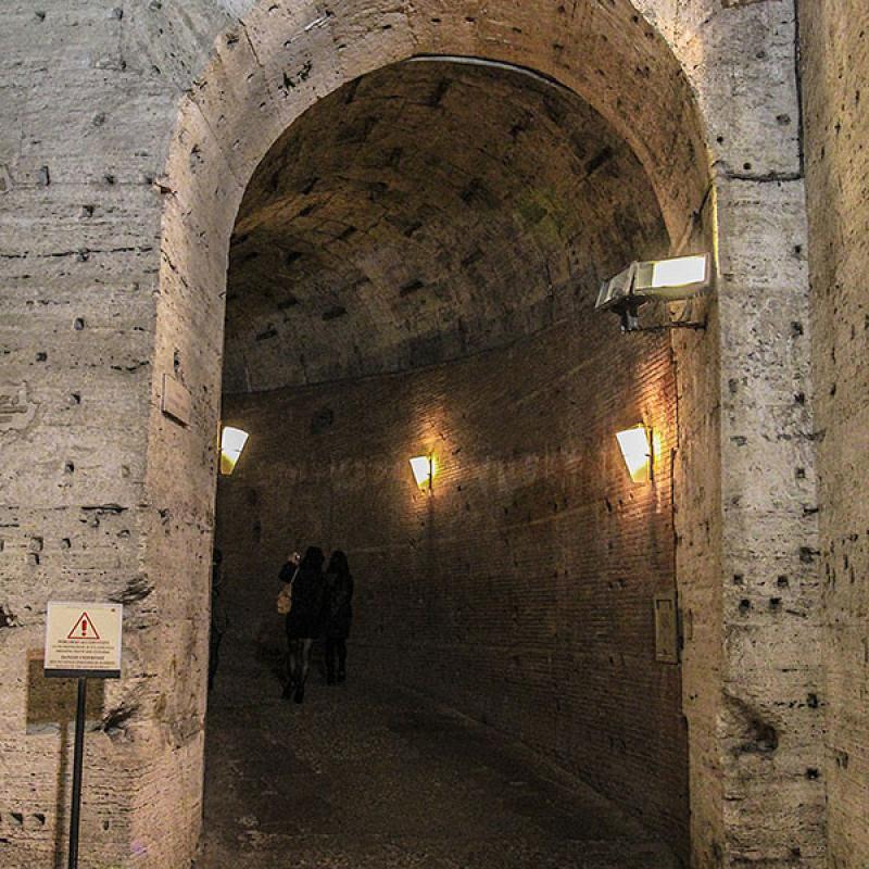 Von der untersten Ebene führt eine 122 m lange Rampe spiralförmig aufwärts.