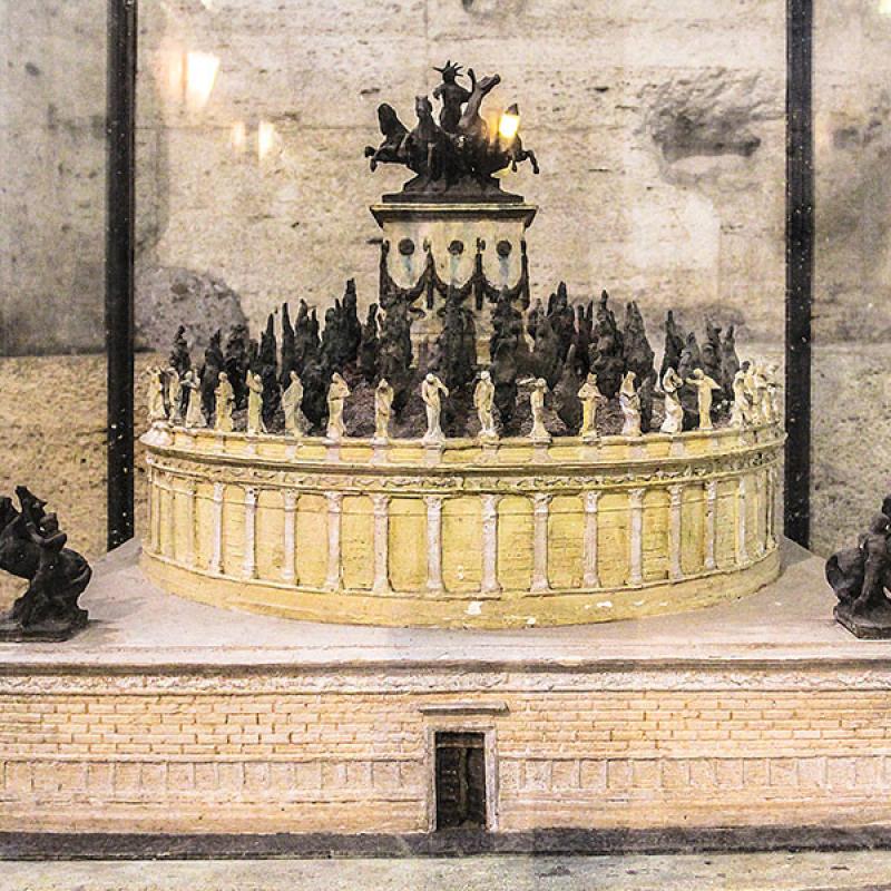 Modell der Anlage: Ein flacher Zylinder von 64 Meter Durchmesser und 20 Meter Höhe, der auf einem quadratischen Sockel von 84 Meter Seitenlänge und 15 Meter Höhe errichtet wurde. Die Oberseite des Zylinders war als Garten gestaltet. In der Mitte ein kleiner runder Tempel. Auf der Spitze befand sich eine Quadriga, die Hadrian als Sonnengott darstellte.