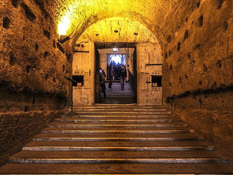 Flache Treppen führen zur Grabkammer.
