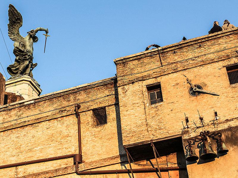 Vom Cortile dell'Angelo aus gelangt man in die päpstlichen Gemächer und ins Museum. Wir nähern uns dem berühmten Engel mit dem Schwert, auf der obersten Ebene.