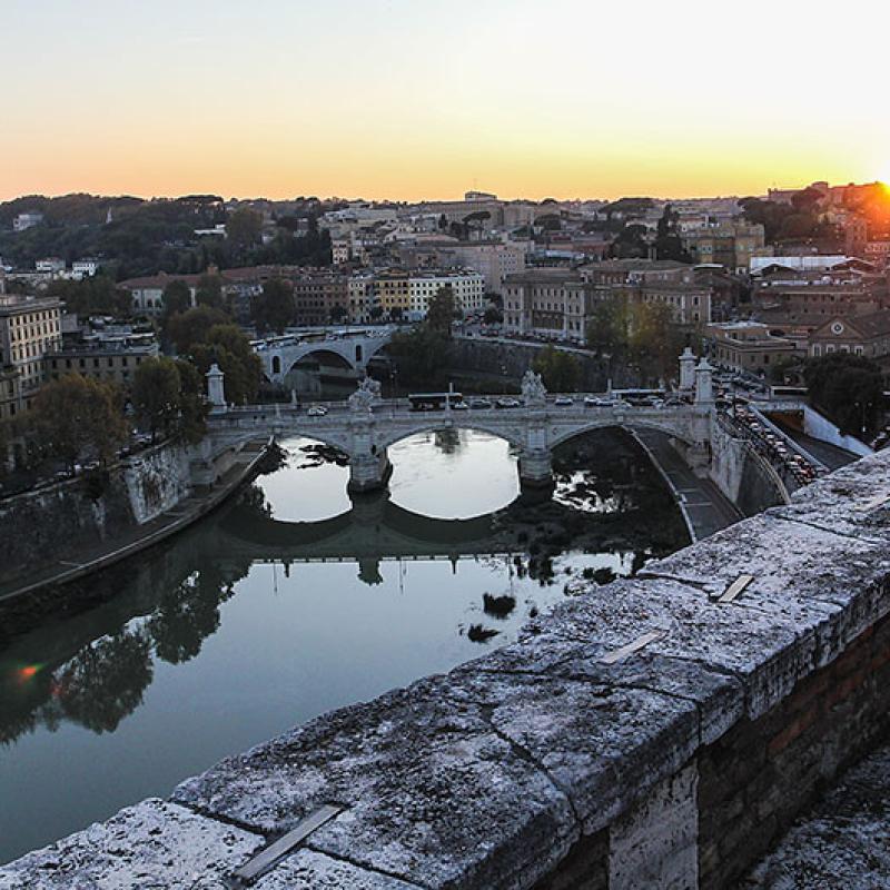 Die Krönung unseres Besuchs in Rom war der Blick vom Castel Sant'Angelo auf die Stadt. Imter ims der Tiber mit den beiden Brücken Ponte Vittorio Emanuele II und Ponte Principe Amedeo, links der grüne Hügel des Gianicolo.